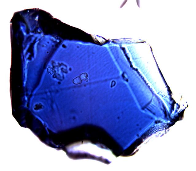 Muestra de la roca ringwoodite azul